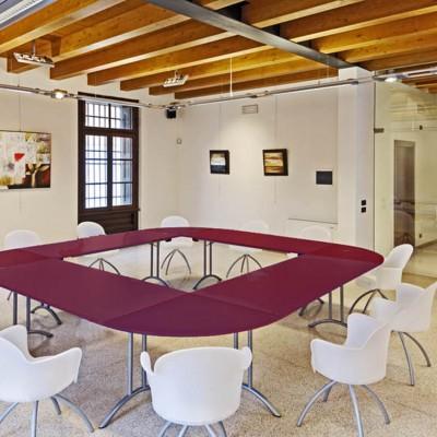 riunioni-tavolo-rosso